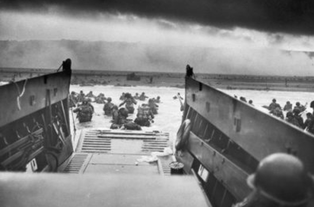 Allied troops landing on the Normandy shore
