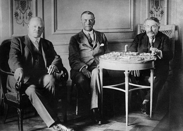 Left to right: Gustav Stresemann, Austen Chamberlain and Aristide Briand at the Locarno negotiations. (Bundesarchiv, Bild 183-R03618 / CC-BY-SA 3.0 [CC BY-SA 3.0 de (http://creativecommons.org/licenses/by-sa/3.0/de/deed.en)], via Wikimedia Commons)