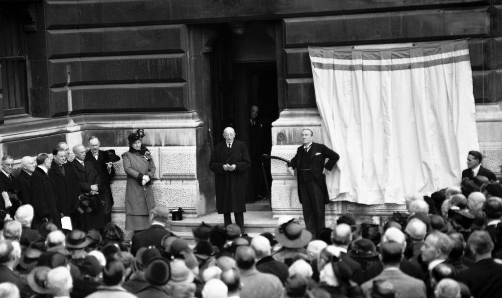 Prime Minister Stanley Baldwin waits to unveil the memorial infront of a crowd of people